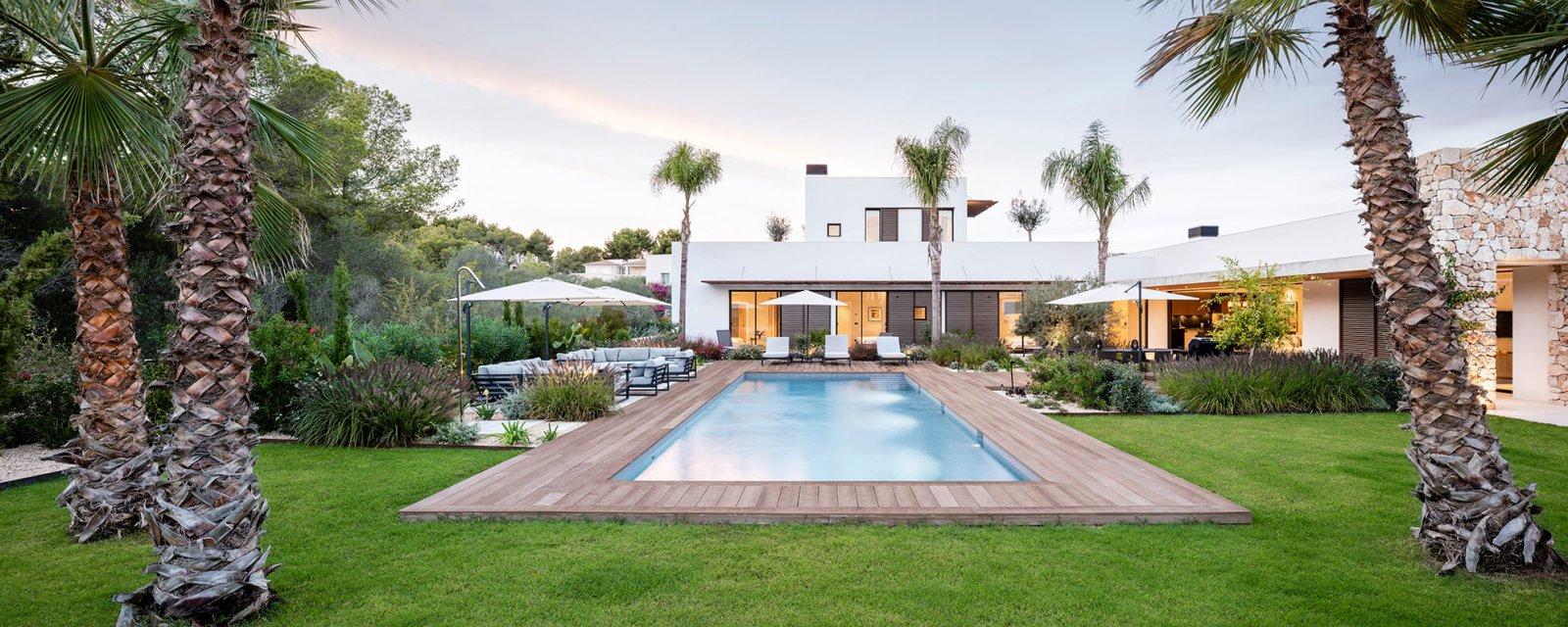 View of the garden with pool and interior facade of the Sol de Mallorca house