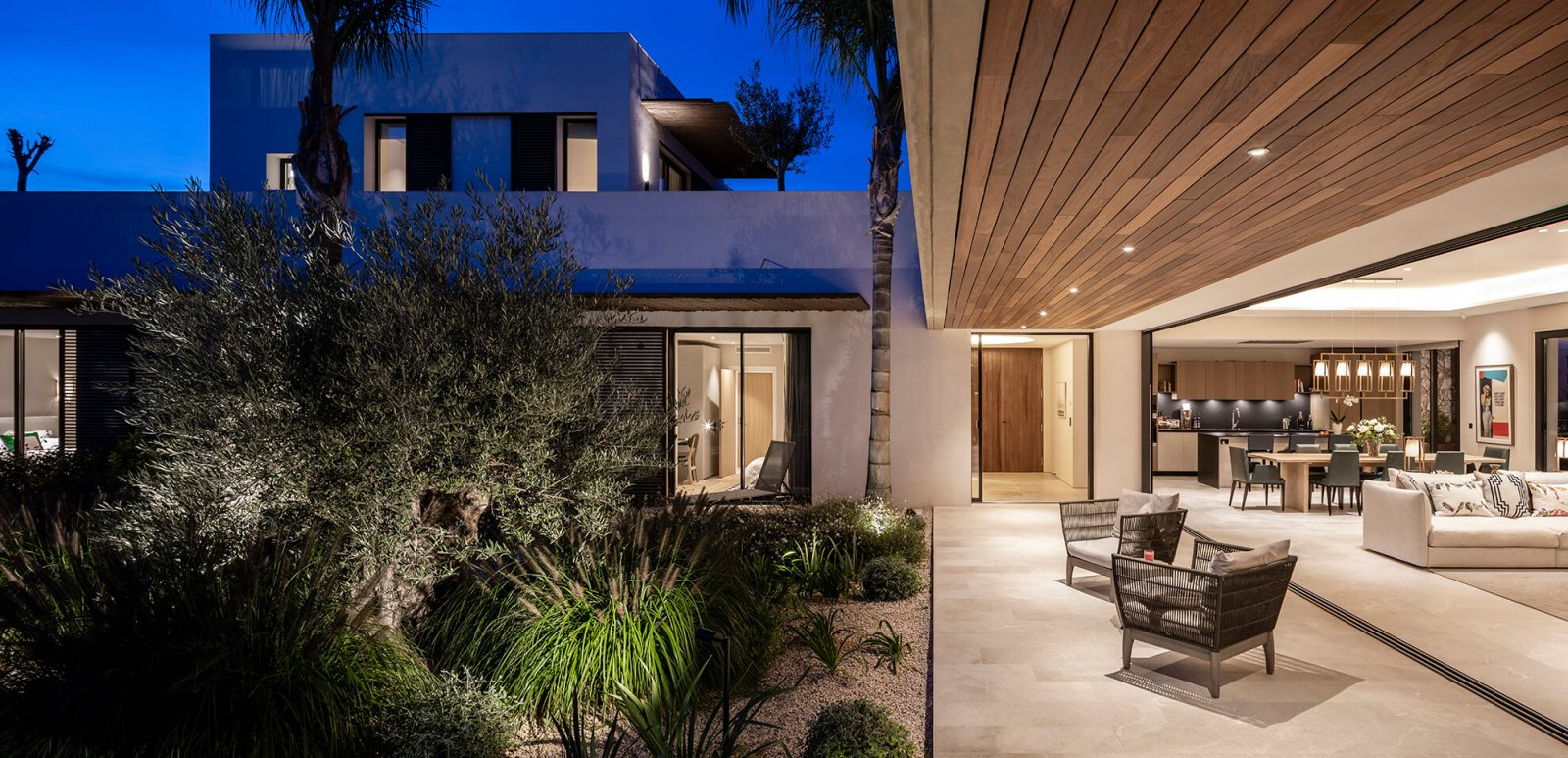 Indoor garden area with chill-out and access to the kitchen and living room of the Sol de Mallorca house