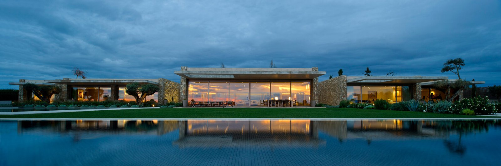 Panoramic view of the london house with three separate areas and a swimming pool along these